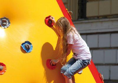 MädchenbeimKletternquer